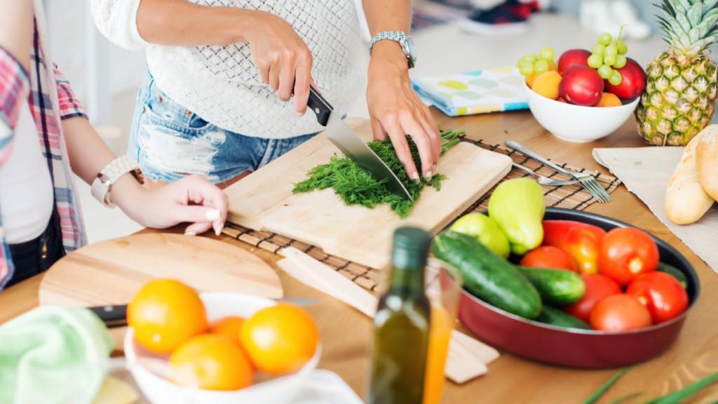 Le persone potrebbero migliorare la loro salute e alcune malattie potrebbero essere evitate se seguissero uno stile di vita più sano.